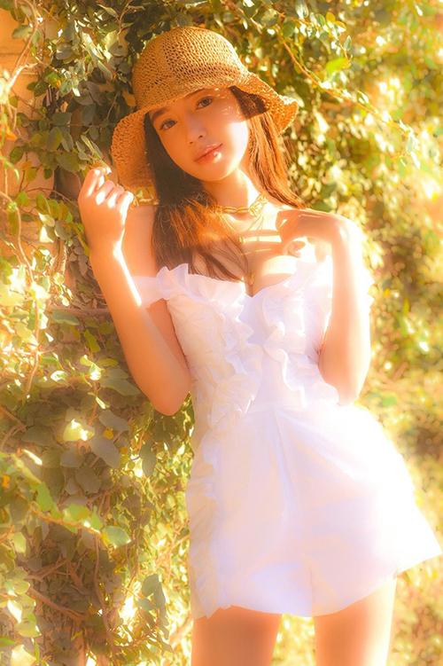 Elly Trần như cô công chúa đồng quê ngọt ngào trong nắng vàng.