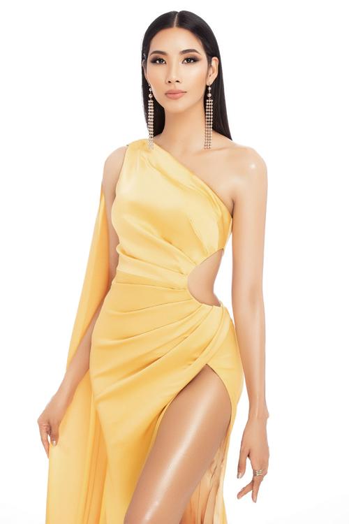 Làn da nâu của Hoàng Thùy khá hợp với tông vàng. Trong bộ ảnh mới, cô còn diện một thiết kế xẻ tà cao, khoét eo gợi cảm.