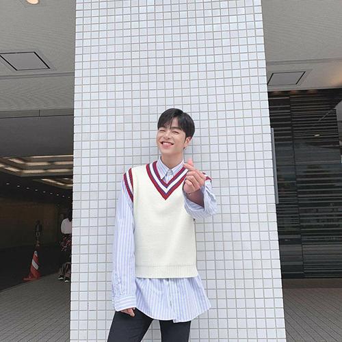 Jun Hoe toe toét bắn tim đến các fan. Thành viên iKON vốn nổi tiếng với hình tượng lạnh lùng nhưng khi cười lên lại vô cùng đáng yêu.