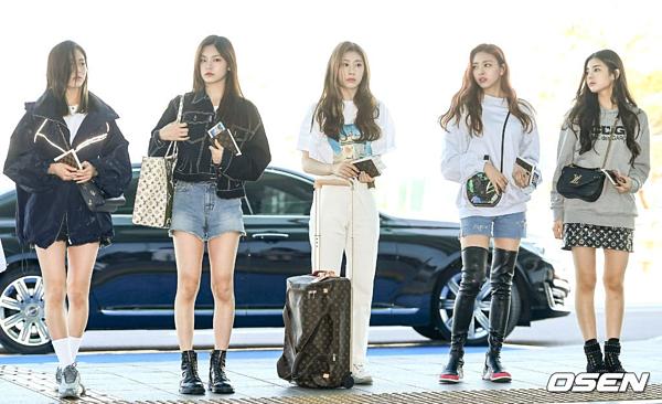 Sáng 7/5, ITZY thu hút sự chú ý khi xuất hiện tại sân bay Incheon. Đây là chuyến xuất ngoại lần thứ hai của nhóm sau fanmeeting ở Nhật Bản hồi đầu tháng 4.