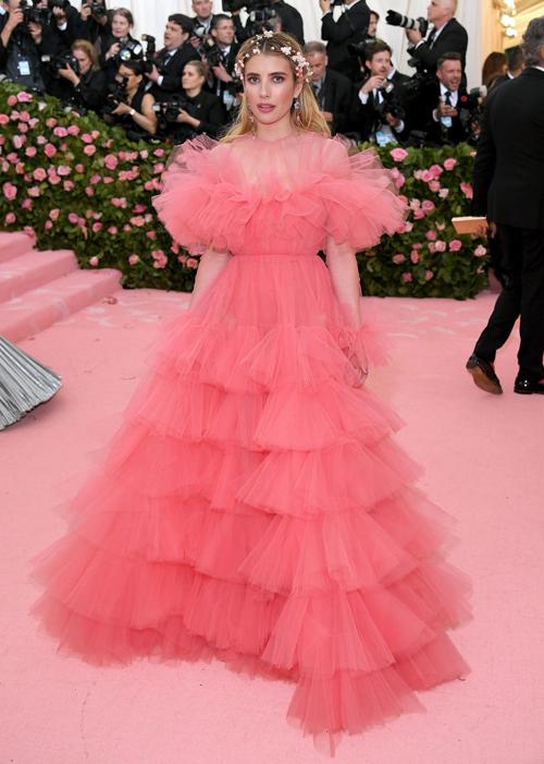 Emma Roberts như công chúa với đầm bồng bềnh.
