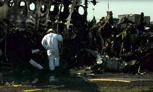 Máy bay Nga trơ khung cháy đen một ngày sau tai nạn
