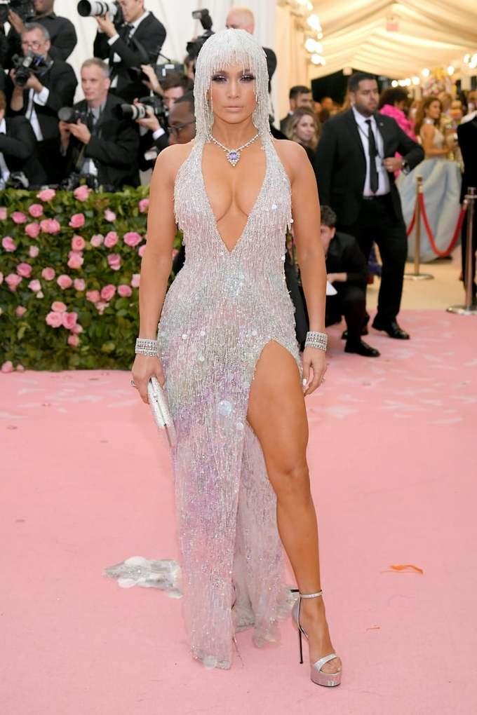 """<p> Jennifer Lopez có vóc dáng """"đẹp như tượng tạc"""" nên không e ngại những bộ đầm táo bạo. Cô được đánh giá là một trong những sao mặc đẹp nhất Met Gala năm nay với trang phục tua rua ánh kim, khoét cổ sâu và xẻ tà cao.</p>"""