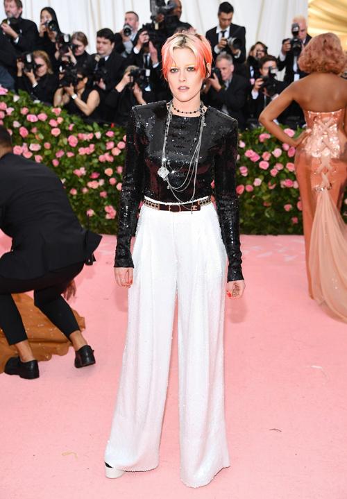 Bộ cánh Chanel đen trắng nhường độ nổi bật cho mái tóc rực rỡ của Kristen Stewart.