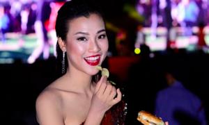 Hoàng Oanh cá tính với đầm lệch vai ánh kim trong đêm hội Sài Thành