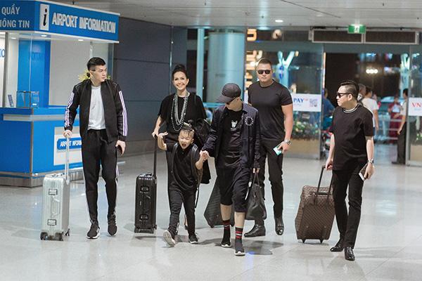 Tối 6/5, NTK Đỗ Mạnh Cường, doanh Phạm Huy Cận, người mẫu Lê Xuân tiền và những thành viên trong ê-kíp đã di chuyển sang Sydney để chuẩn bị những khâu đầu tiên cho show diễn Xuân - Hè 2019 - Back to naturediễn ra vào ngày 10/5 tới đây.