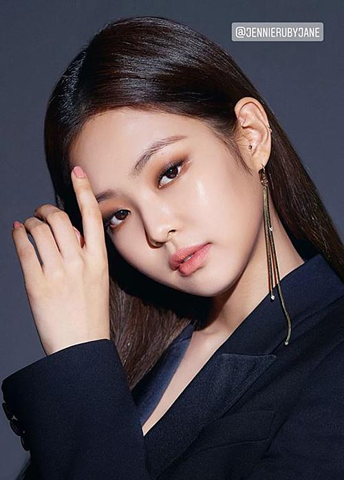 Jennie không có khuôn mặt tỉ lệ vàng nhưng phái nữ lại mong muốn sở hữu những nét cá tính, sang chảnh của nữ idol. Thành viên Black Pink biến hoa đa dạng với nhiều kiểu make up.