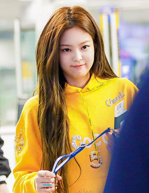 Trên sân khấu, Jennie lạnh lùng, cool ngầu nhưng mỗi khi ra sân bay, nữ idol lại đáng yêu hết cỡ với tông trang điểm tự nhiên. Cô nàng đứng ở vị trí thứ 3 trong danh sách những idol có khuôn mặt được phái nữ mơ ước nhất.