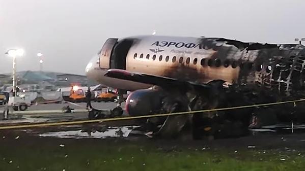 Máy bay Nga bị cháy rụi phần đuôi.