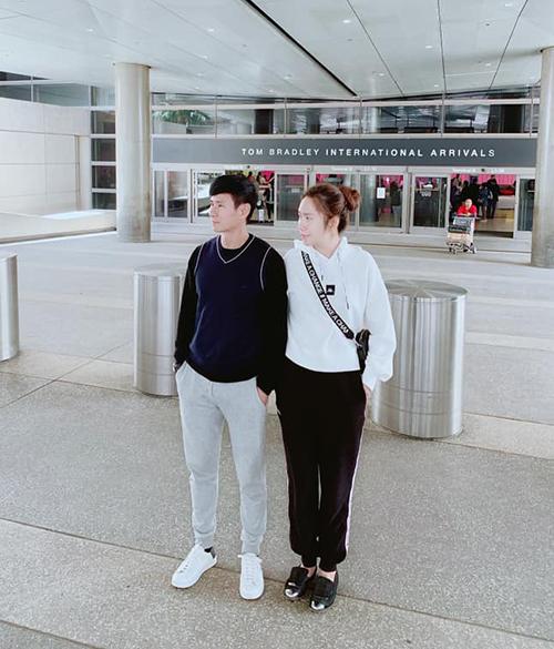 Hai vợ chồng Lý Hải - Minh Hà diện đồ thể thao ăn ý đưa nhau sang Mỹ công tác.