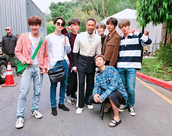 BTS trẻ trung, nhí nhảnh bên ca sĩ - diễn viên John Legend ở Universial Studios Lot, California.