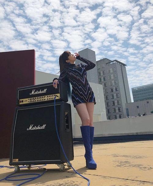 Park Bom mặc váy ngắn cũn khoe chân.