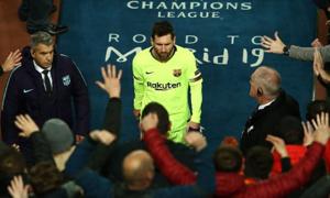 Messi thành 'thánh nhọ' khi bị đồng đội bỏ lại một mình
