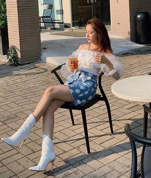 Diện croptop và chân váy giá bình dân nhưng Chi Pu trông vẫn rất đẳng cấp.