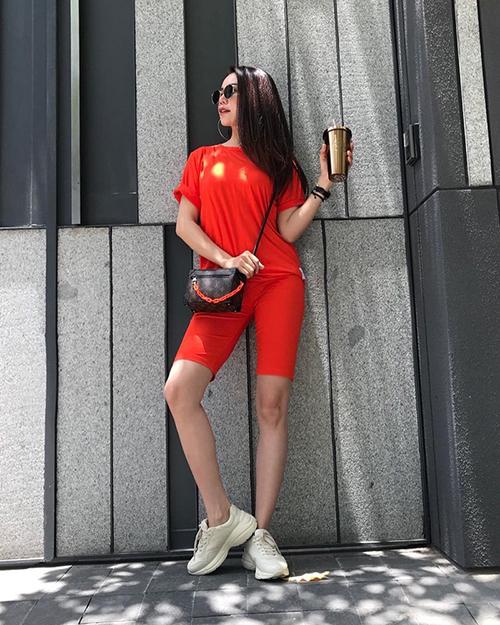 Trà Ngọc Hằng bắt sóng xu hướng quần biker shorts đang gây sốt. Cô nàng kết hợp với áo thun tông xuyệt tông để tăng hiệu quả kéo chiều cao.