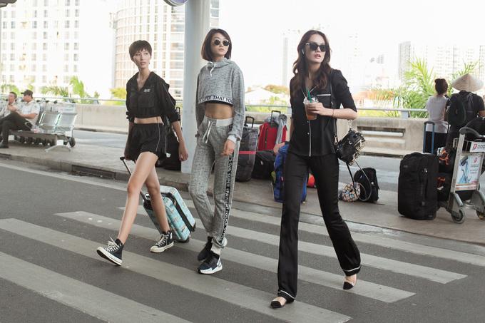 25 người mẫu trình diễn trong show nhưMinh Tú, Quỳnh Anh, Cao Thiên Trang... cũng đồng loạt đổ bộ sân bay với phong cách chất lừ.<br /><br />