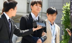 Choi Jong Hoon bị trói tay, áp giải về đồn cảnh sát vì tội cưỡng hiếp tập thể