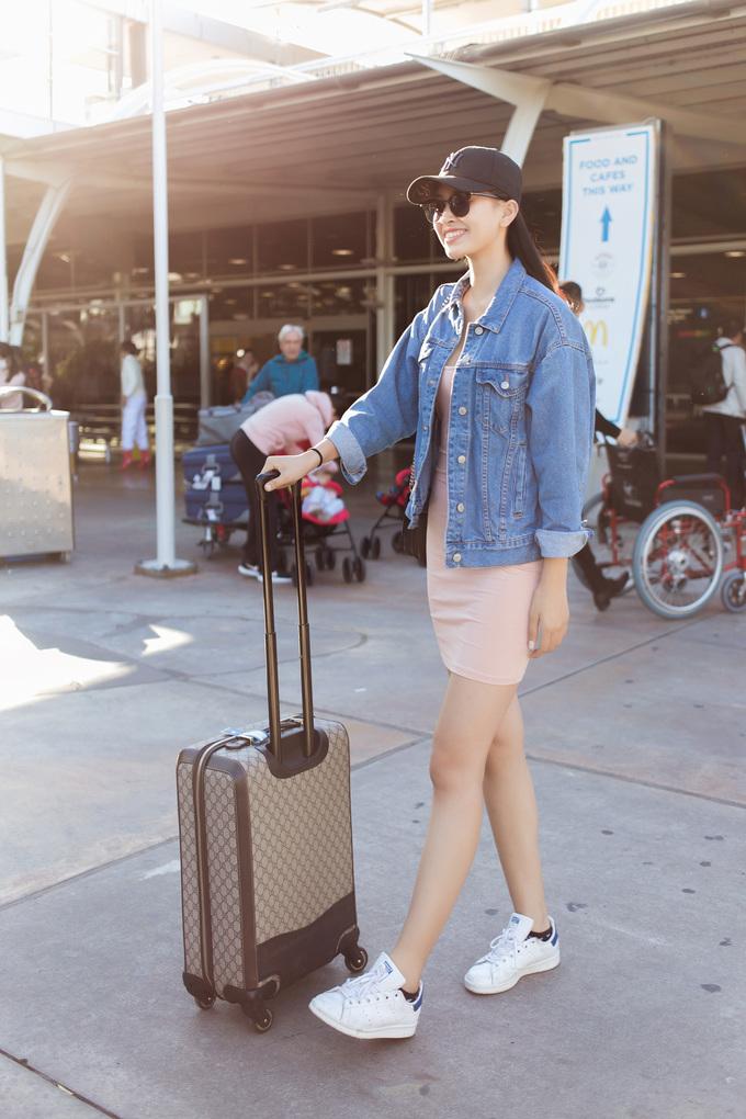 Hoa hậu Việt Nam 2018 Trần Tiểu Vy lần đầu sang Australia dự show thời trang. Cô ăn mặc trẻ trung, xách vali hàng hiệu.