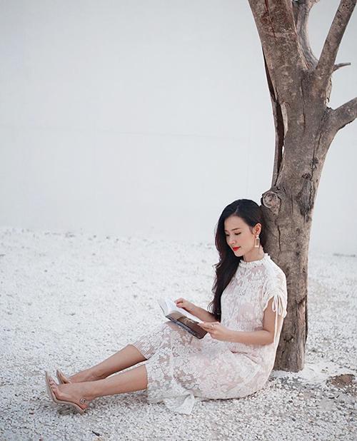 Midu ngồi đọc sách giữa khung cảnh yên bình.