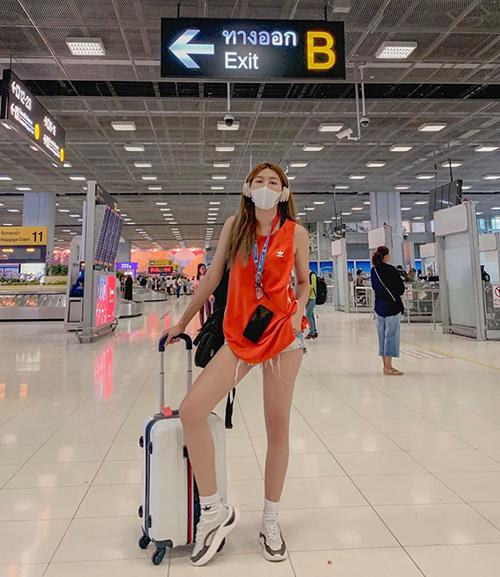 Quỳnh Châu khoe đôi chân dài miên man giữa sân bay Bangkok.