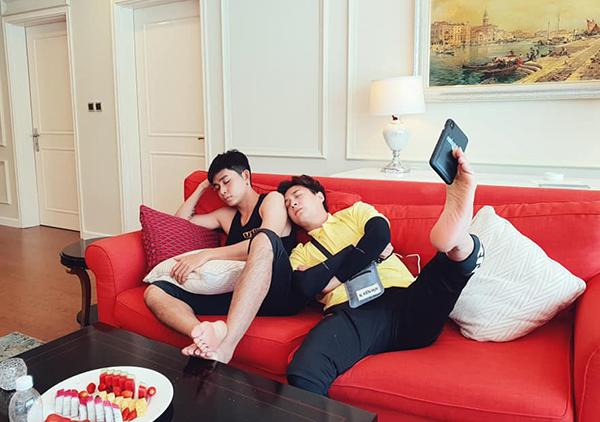 Ngô Kiến Huy tiết lộ cách để anh chàng có ảnh selfie giả vờ ngủ cùng Jun Phạm.