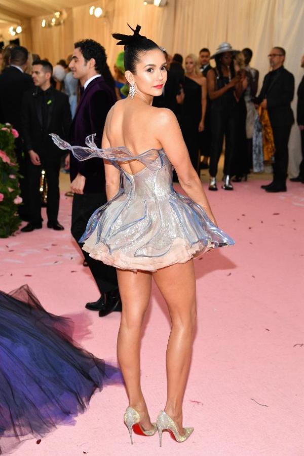 Váy có thiết kế độc đáo với đài hoa bằng băngphía sau lưng.