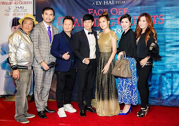 Đạo diễn Lý Hải và nhà sản xuất Minh Hà vừa chính thức đem Lật mặt 4 đến với khán giả quốc tế. Buổi công chiếu đầu tiên tại Mỹ được tổ chức với sự góp mặt đông đảo đồng nghiệp. Vợ chồng Lý Hải ăn diện lộng lẫy đón khách.