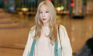Sun Mi lộ đầu gối thâm, Tae Yeon gầy gò khi ra sân bay