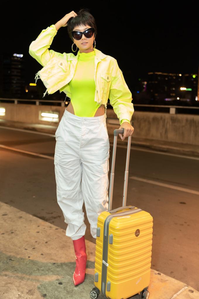 <p> Tối 8/5, Hoa hậu H'Hen Niê có mặt tại sân bay làm thủ tục lên đường sang Australia tham gia show diễn Xuân Hè 2019 của nhà thiết kế Đỗ Mạnh Cường.</p>