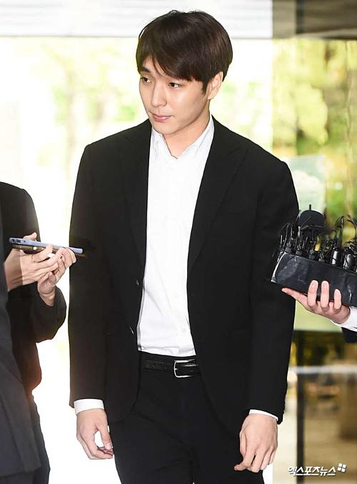 Ngoài cáo buộc nói trên,Choi Jong Hoon còn vướng cáo buộc tấn công mộtnạn nhân nữ khác vào năm 2016 vàtội quay lénvideo sex - phát tánvideo bất hợp pháp do nam ca sĩ tải xuống trên mạng.