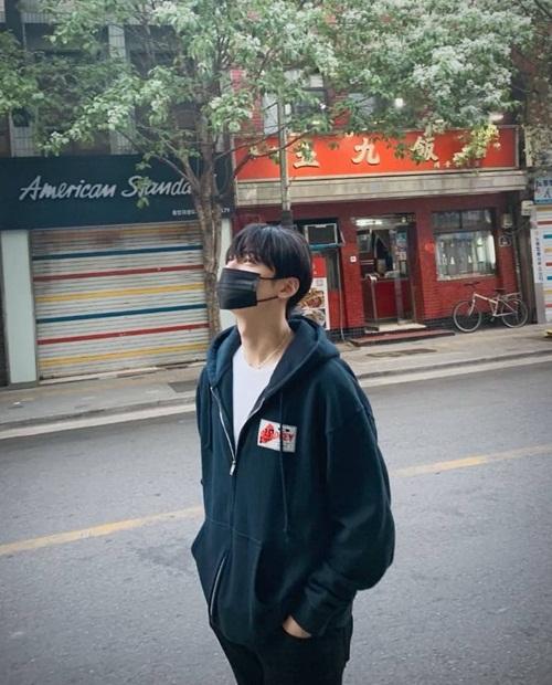 Cha Eun Woo đeo khẩu trang dạo phố vẫn đầy lãng mạn.