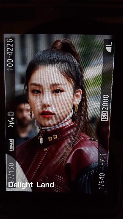 và Yeji gây ấn tượng bởi phong cách girl crush cá tính. Nhiều fan còn khen ngợi ITZY trông như những nàng tiểu thư nhà giàu sang chảnh.