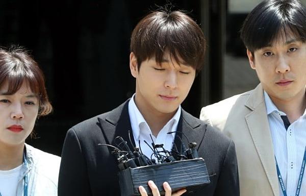 Choi Jong Hoon bị trói tay, áp giải về đồn cảnh sát vì tội