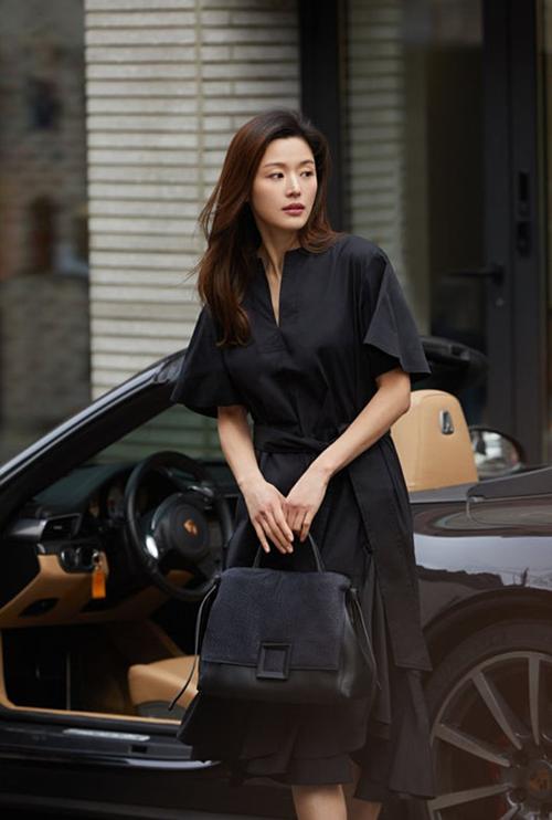 So với thời đỉnh cao nhan sắc, nữ diễn viên đã có ít nhiều dấu hiệu tuổi tác. Tuy nhiên hình ảnh quyến rũ mặn mà của cô vẫn là hình mẫu lý tưởng trong lòng nhiều khán giả Hàn Quốc.