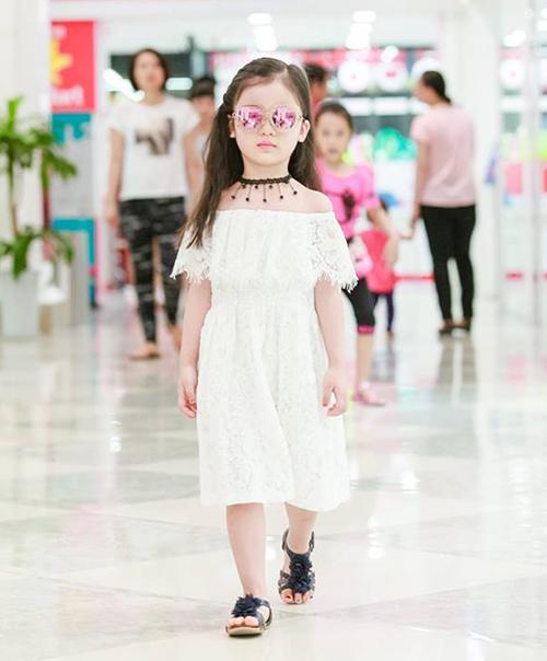 Phong cách thời trang đời thường của mẫu nhí cũng rất ngầu.