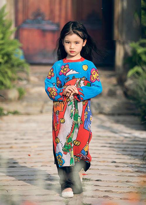 Hình ảnh cô nhóc catwalk tại Tuần lễ thời trang trẻ em Việt Nam - Vietnam Junior Fashion Week.