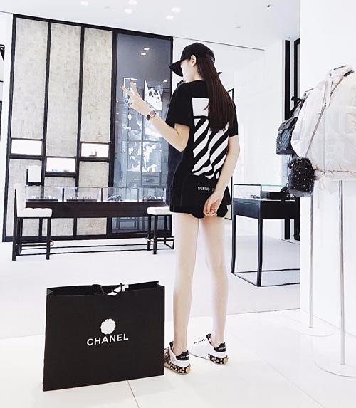 Việc mua sắm thường xuyên khiến Kỳ Duyên có số hàng hiệu rất đồ sộ. Trang phục cô diện luôn là hàng đắt đỏ từ đầu đến chân.