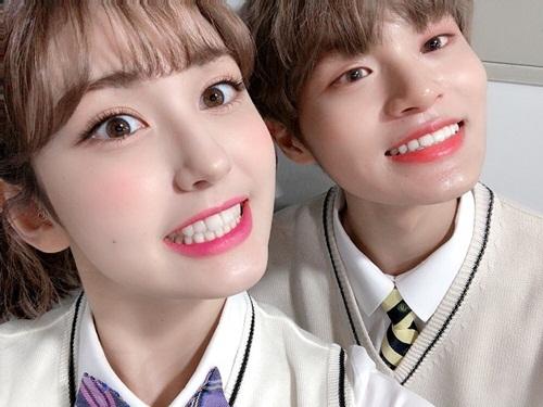 Jeon Somi cùng Lee Dae Hwi đọ... răng ai trắng hơn trong hậu trường quảng cáo. Cựu thành viên Wanna One tô son đỏ tươi chẳng kém cô bạn.