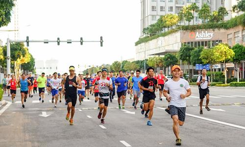 VnExpress Marathon thu hút nhiều nhóm trẻ tham dự