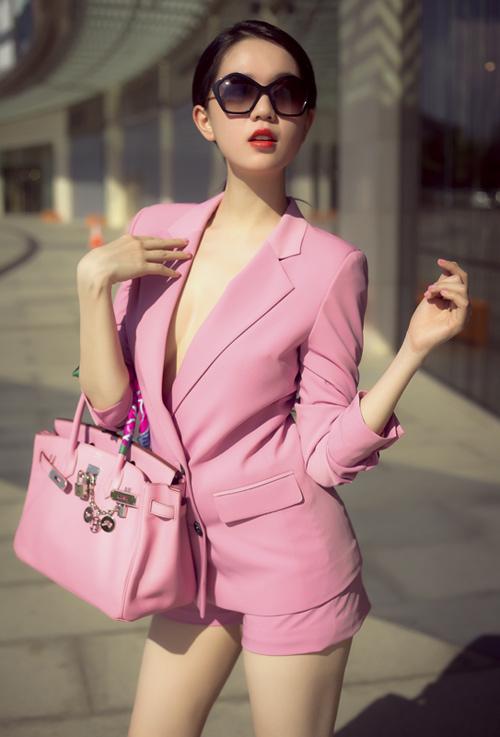 Người đẹp cũng sở hữu một chiếc Birkin khác da lì, gam hồng pastel ngọt ngào hơn và được sử dụng rất thường xuyên khi ra phố. Giá của món đồ này khoảng 370 triệu đồng.