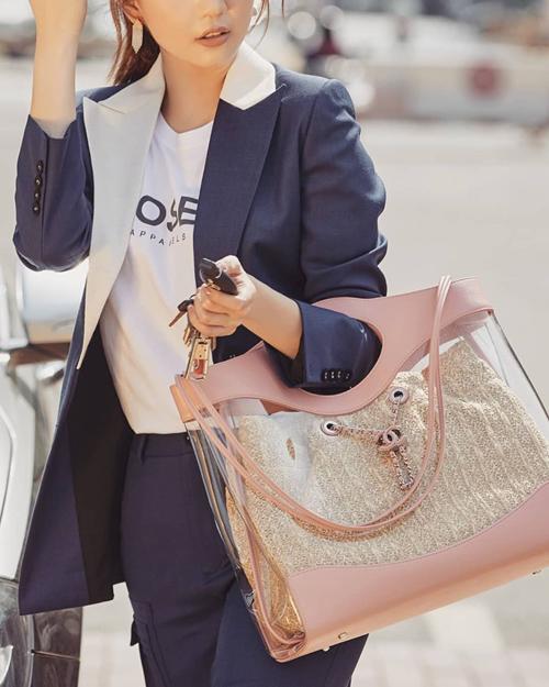 Ngoài thương hiệu yêu thích Hermes, Ngọc Trinh cũng sở hữu hàng chục chiếc túi xách Chanel, Louis Vuitton, Dior... Cô nàng thường không thể kìm lòng khi những thương hiệu này cho ra mắt các kiểu túi xách màu hồng xinh xắn.