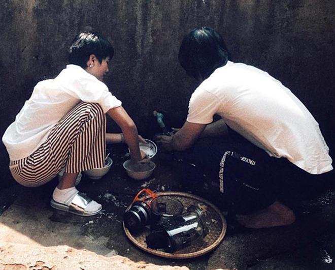 <p> Đăng quang Hoa hậu Hoàn vũ Việt Nam gần một năm rưỡi, H'Hen Niê vẫn giữ thói quen sinh hoạt quen thuộc. Cô cùng trợ lý ngồi rửa bát cho gia đình sau khi dùng bữa.</p>