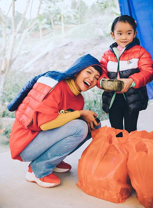 <p> Hình ảnh thân thiện, gần gũi khi đi từ thiện của H'Hen Niê chiếm cảm tình của fan trong nước lẫn quốc tế.</p>