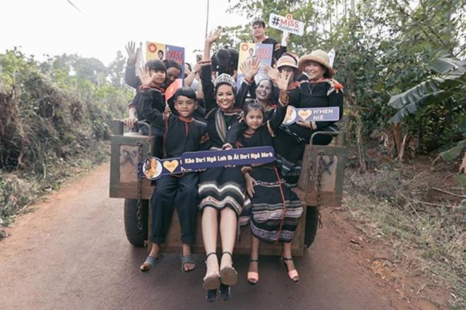 <p> Khoảnh khắc H'Hen Niê mặc váy thổ cẩm, ngồi trên xe công nông về với buôn làng sau khi vào top 5 Miss Universe được nhiều fanpage sắc đẹp quốc tế chia sẻ.</p>