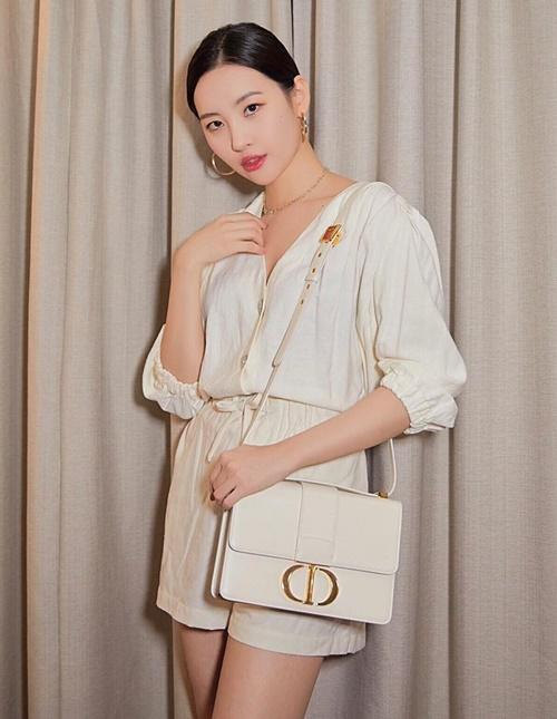 Sun Mi đi sự kiện với chiếc túi giống hệt Min Hyo Rin.