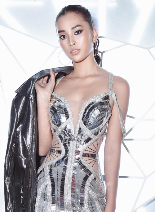 Khi tham dự các show thời trang, Tiểu Vy rất ưa chuộng lối makeup này để trông cá tính hơn. Tuy nhiên nude bóng là màu son siêu kén, dễ khiến người dùng trông như mới ốm dậy. Tại Tuần lễ thời trang quốc tế Việt Nam gần đây, Tiểu Vy cũng bị chê vì lối makeup chưa phù hợp.
