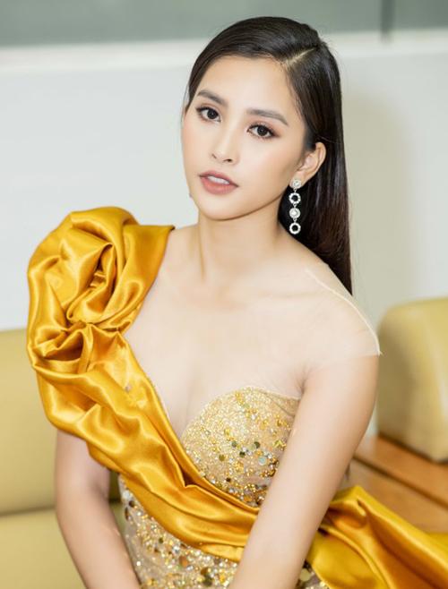 Nếu ưa chuộng lối makeup kiểu Tây với son tông nude, Tiểu Vy nên lựa chọn những màu son đậm, rõ màu hơn. Khi trang điểm môi nâu đỏ, Hoa hậu trông đẹp sang trọng, ấn tượng.