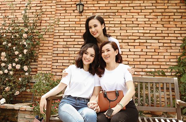 Angela Phương Trinh diện đồ đồng điệu chụp ảnh cùng mẹ và em gái.
