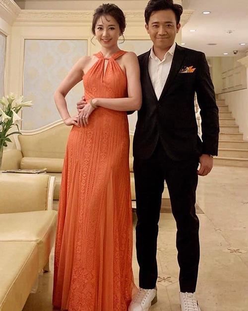 Vợ chồng Trấn Thành - Hari Won sóng đôi dự sự kiện ở Hà Nội.