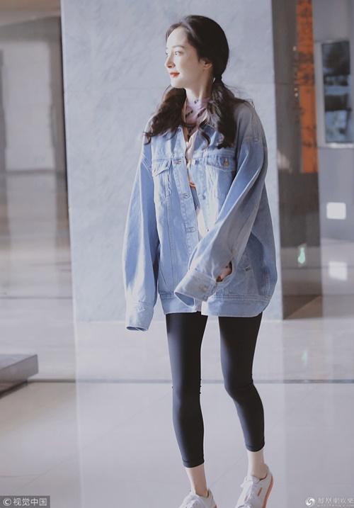 Đầu năm nay, Dương Mịch lăng-xê kiểu quần legging hay quần lửng bó sát ra đường. Lần nào xuất hiện cô cũng gây chú ý nhờ cặp chân thon nhỏ.